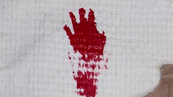 La mano en la pared