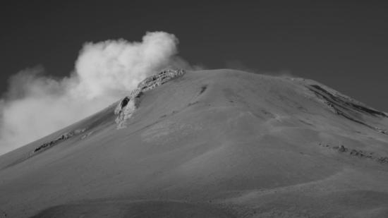 Las nubes bajo el volcán